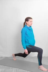 Aus der stehenden Position einen Schritt nach vorne setzen - auf ausreichend Schrittlänge achten und das Knie auf 90° anwinkeln. WICHTIG: Belastung auf ganze Fußsohle! Oberkörper aufrecht positionieren