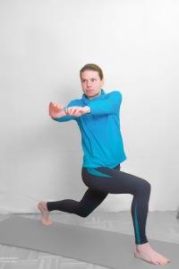 Drehung des Oberkörpers auf die Seite des vorderen Beins. WICHTIG: Hüfte stabil nach vorne lassen
