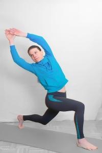 Variante: Oberkörper schräg zur Gegenseite des rückwärtigen Beins drehen