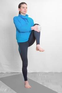 Während des Vorwärtsgehens mit beiden Händen das Knie umfassen und maximal zum Rumpf heranziehen Schulterblätter zusammen ziehen Oberkörper ganz aufrecht halten Hüfte gerade