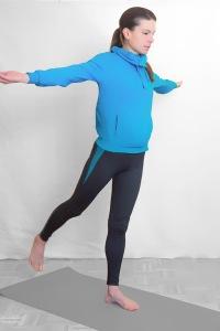 Auf einem Bein stehen Arme im 90° Winkel gestreckt Daumen zeigen nach oben Schulterblätter zusammengezogen