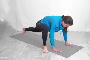 Handflächen bleiben am Boden Die Füße werden nacheinander möglichst weit neben die Hände platziert
