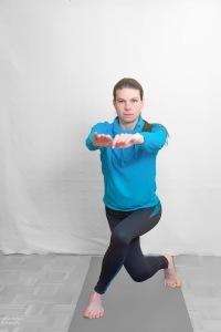 Bis zu einem 90° Winkel in die Knie gehen Oberkörper aufrecht halten!
