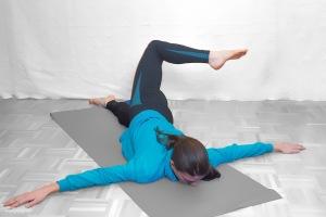 Gesäß und unteren Rücken auf Vorspannung bringen Knie auf 90° beugen, dann möglichst nahe mit Fuß zur gegenüberliegenden Hand kommen. Wichtig: Arme und Schulter bleiben am Boden!!